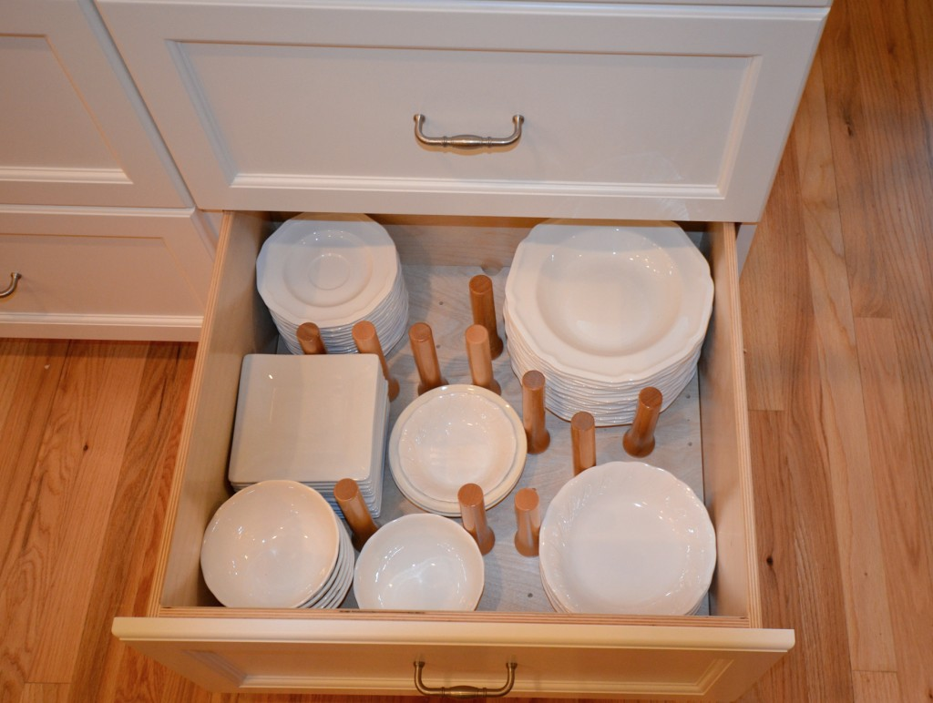 Plateware storage with dowels